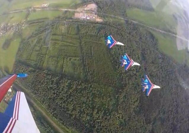Rus Şövalyeleri'nden aynı grup içinde 3 tip uçakla hava akrobasi gösterisi