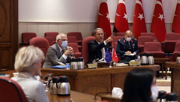 Milli Savunma Bakanı Hulusi Akar (sağda), resmi ziyaret amacıyla Ankara'da bulunan AB Dış İlişkiler ve Güvenlik Politikası Yüksek Temsilcisi Josep Borrell Fontelles (solda) ile görüştü. - Sputnik Türkiye