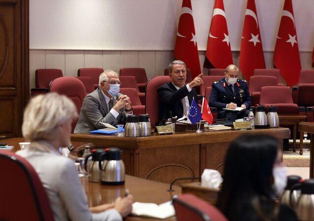 Milli Savunma Bakanı Hulusi Akar (sağda), resmi ziyaret amacıyla Ankara'da bulunan AB Dış İlişkiler ve Güvenlik Politikası Yüksek Temsilcisi Josep Borrell Fontelles (solda) ile görüştü.