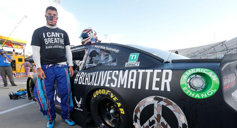 NASCAR sürücüsü Bubba Wallace Nefes alamıyorum yazılı tişörtü ve Siyahların yaşamları değerlidir yazılı otomobiliyle yarışın başlamasını beklerken, Martinsville, ABD, 10 Haziran 2020