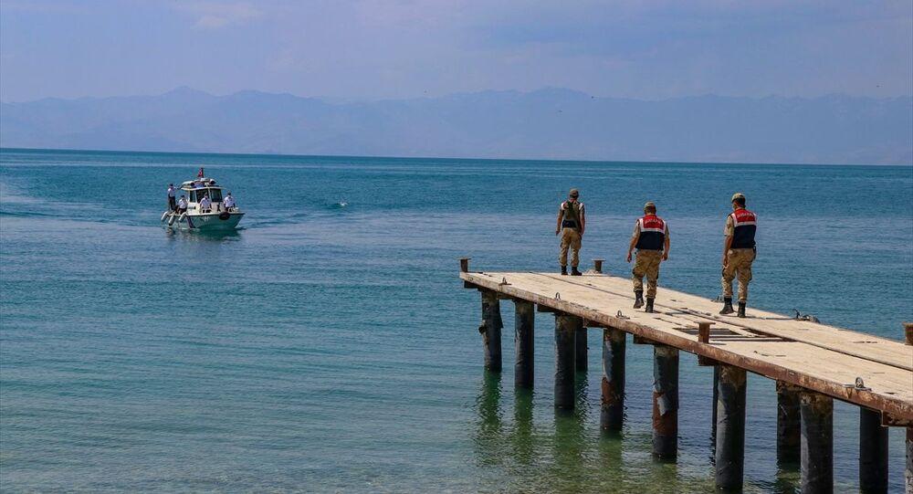 Van Gölü'nde kaybolan tekneyi arama çalışmaları