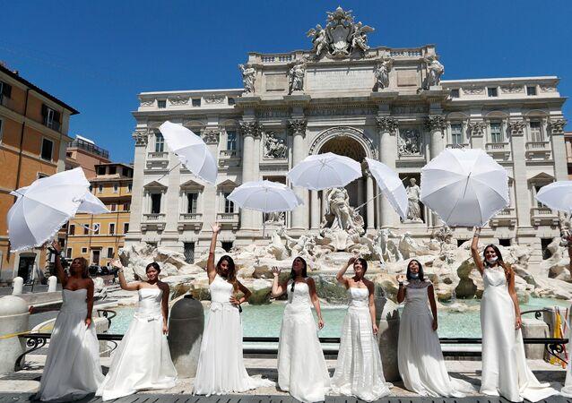 İtalya Düğün ve Hediyelikler Derneği Başkanı Luciano Paulillo da yaptığı açıklamada, 2019'da 219 bin düğün organizasyonu gerçekleştirildiğini, bu yılın geride kalan döneminde bu sayının yaklaşık 8 binde kaldığını söyledi. Paulillo, hükümetten kendilerine destek vermesini isterken sektörde 500 bin çalışanın ve ailelerinin risk altında olduğunu söyledi. Eylemciler protestolarını Temsilciler Meclisi önünde sürdürdü.