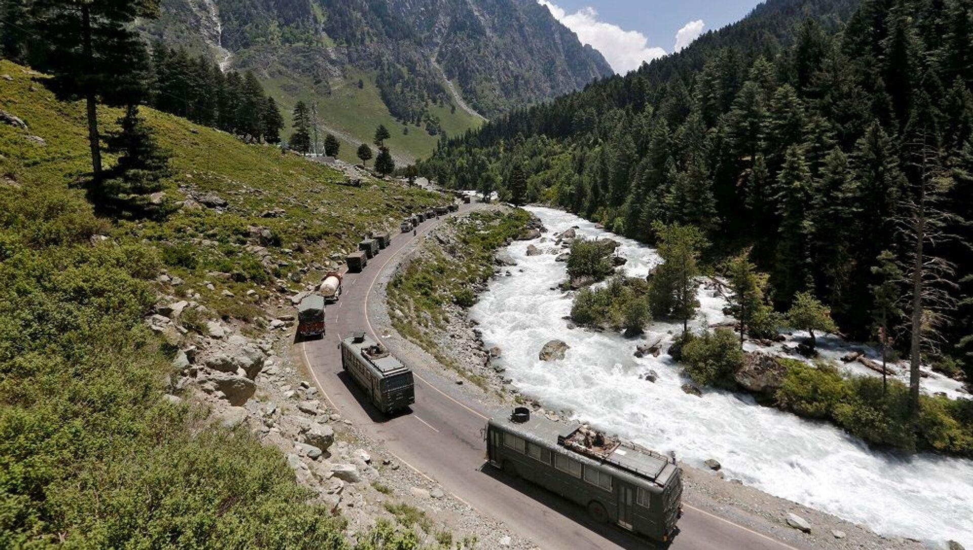 Hindistan ile  Çin arasında çatışmanın yaşandığı Ladakh'ta askeri konvoy - Sputnik Türkiye, 1920, 06.08.2021