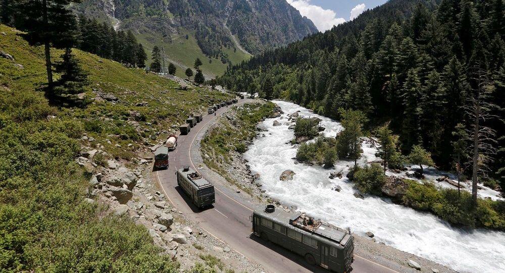 Hindistan ile  Çin arasında çatışmanın yaşandığı Ladakh'ta askeri konvoy
