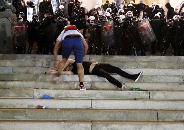 - Sırbistan'da son günlerde yeni tip koronavirüs (Kovid-19) vakalarında yaşanan artışın ardından dün açıklanan yeni tedbirlere tepki amacıyla başkent Belgrad'da düzenlenen protestoda, polisle göstericiler arasında arbede yaşandı.