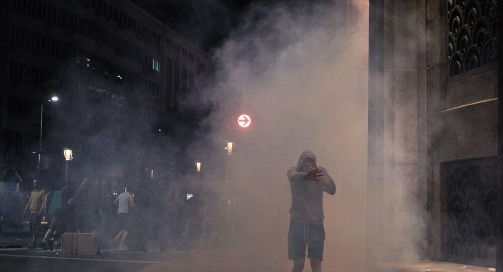 Sırbistan'da son günlerde artan yeni tip koronavirüs (Kovid-19) vakalarına karşı hükümetin aldığı yeni tedbirler, başkent Belgrad'da binlerce kişi tarafından protesto edildi. Cumhurbaşkanı Aleksandar Vucic'in hafta sonu sokağa çıkma yasağının uygulanacağını açıklamasının ardından, sokaklara dökülen Belgradlılar, Sırbistan Meclisi önünde toplandı. Polis ve göstericiler arasında arbede yaşandı.