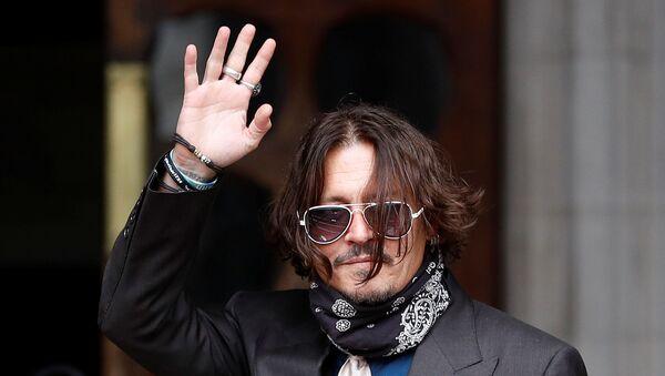 Johnny Depp, Londra'daki Yüksek Mahkeme'nin önünde hayranlarına el sallarken - Sputnik Türkiye
