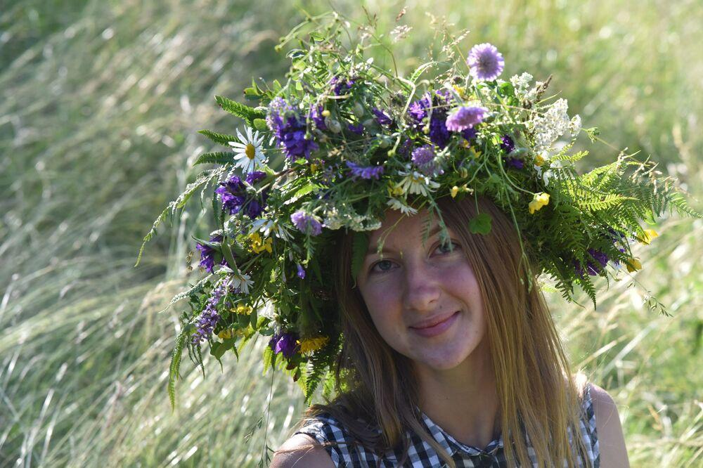 İvan Kupala bayramında toplanan otların her zamankinden şifalı ve koruyucu olduğuna inanılmıştır.  Fotoğrafta: Ukrayna'da düzenlenen İvan Kupala etkinliklerinin katılımcısı