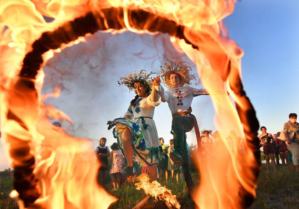 Kupala kutlamaları sırasında ateşin üzerinden atlandığında hastalıklardan kurtulunduğuna inanılmaktadır. Ayrıca mutluluk ve başarı isteyenler de ateş üzerinden atlamalı.