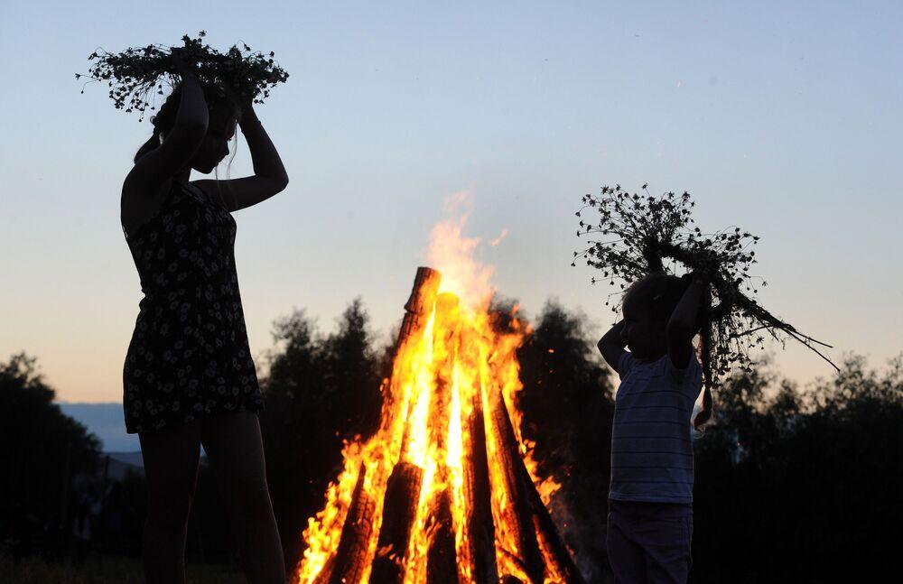 Ateş eski kültürlerde koruyucu, temizleyici, insanları birleştirici, duman ve yiyeceklerin kokusuyla haber verici anlamlarını gündeme getirmiştir. Bu yüzden İvan Kupala kutlamaları sırasında mutlaka ateş yakılıyor ve etrafında dans ediliyor.