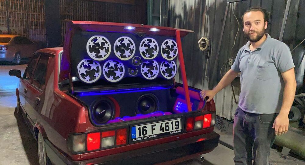 Bursa'da, bir fabrikada çalışan Ali Rıza Altunbay'ın (25) 12 bin liraya alıp, 90 bin TL harcayarak modifiye ettiği otomobil, yapılan teknik değişiklikler sebebiyle trafikten menedildi.
