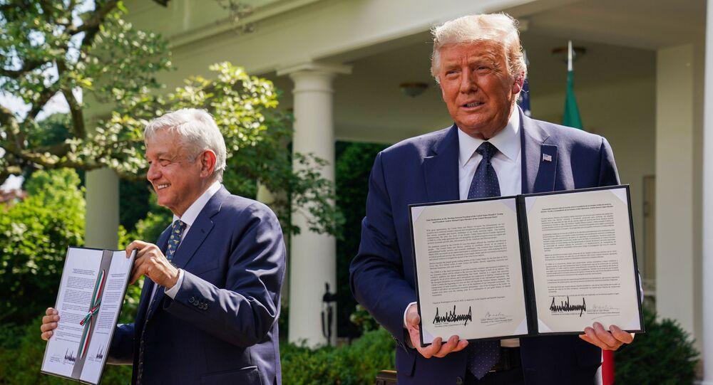 ABD Başkanı Donald Trump ve Meksika Devlet Başkanı Andres Manuel Lopez Obrador, Beyaz Saray'da yaptıkları ikili görüşmenin ardından, Beyaz Saray bahçesinde iki ülke arasında Dostluk Deklarasyonu imzaladı.