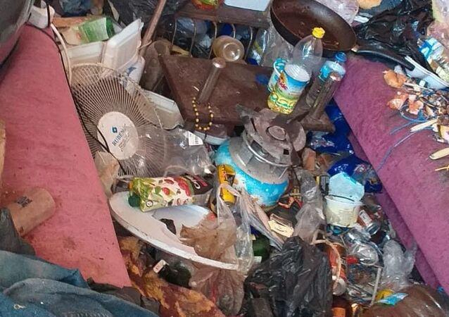 Bayraklı Çiçek Mahallesi'nde, kötü koku yaydığı gerekçesiyle çevre sakinleri tarafından ilgili mercilere şikayet edilen 1637/17 Sokak'taki 3 katlı binanın zemin katı, Bayraklı Belediyesi Temizlik İşleri Müdürlüğünce temizlenerek dezenfekte edildi.