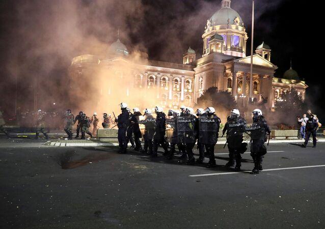 Akşam saatlerinde meclis önünde toplanan binlerce kişi, binaya zorla girmeye çalışınca polis ile göstericiler arasında arbede yaşandı