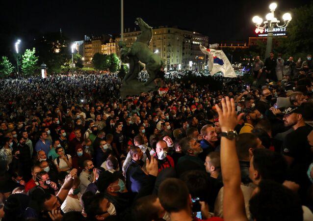 Sırbistan'da son günlerde artan yeni tip koronavirüs (Kovid-19) vakalarına karşı hükümetin aldığı yeni tedbirler, başkent Belgrad'da binlerce kişi tarafından protesto edildi.
